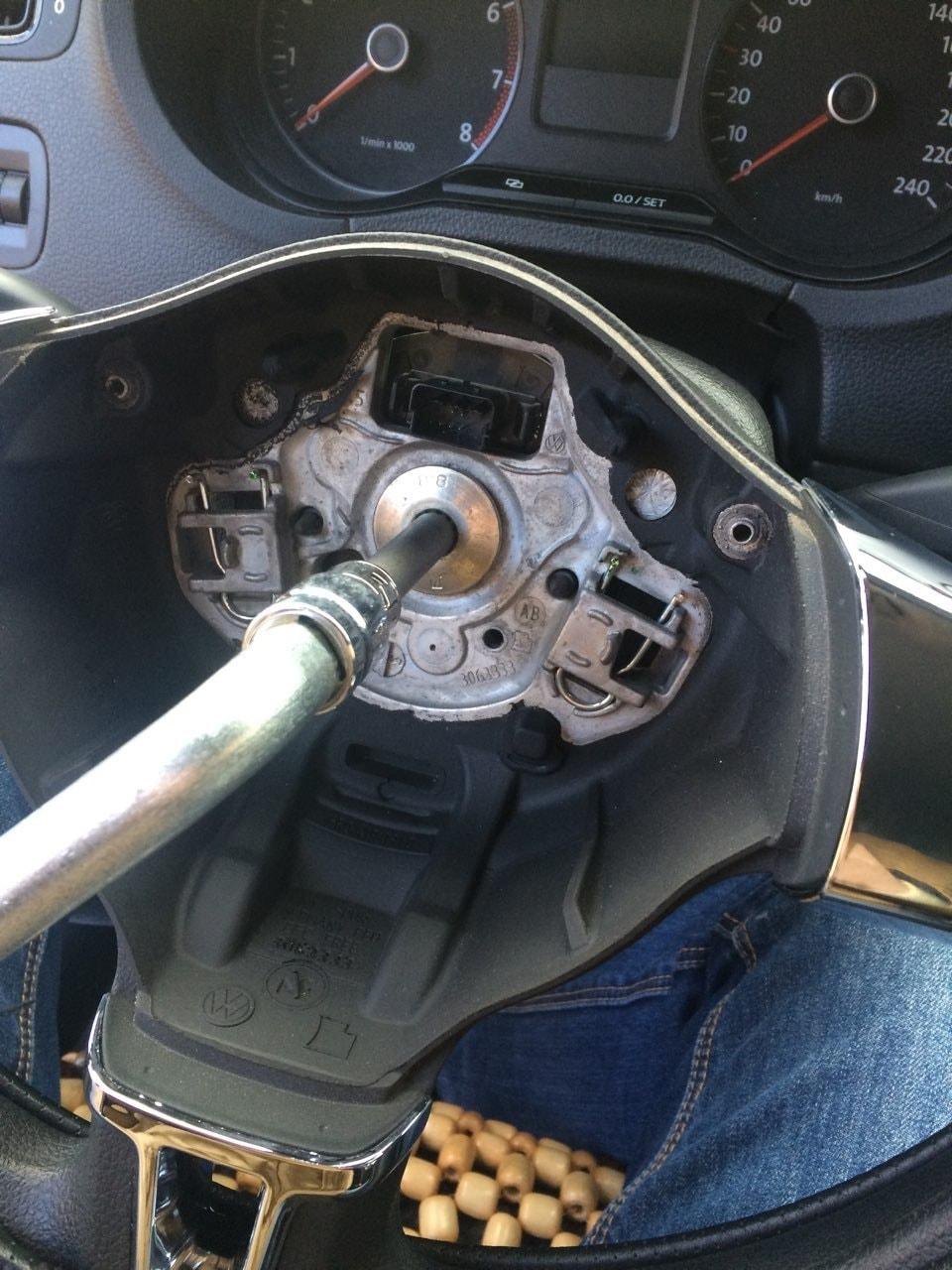 Откручиваем рулевое колесо