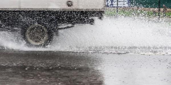 Столб воды из под колес